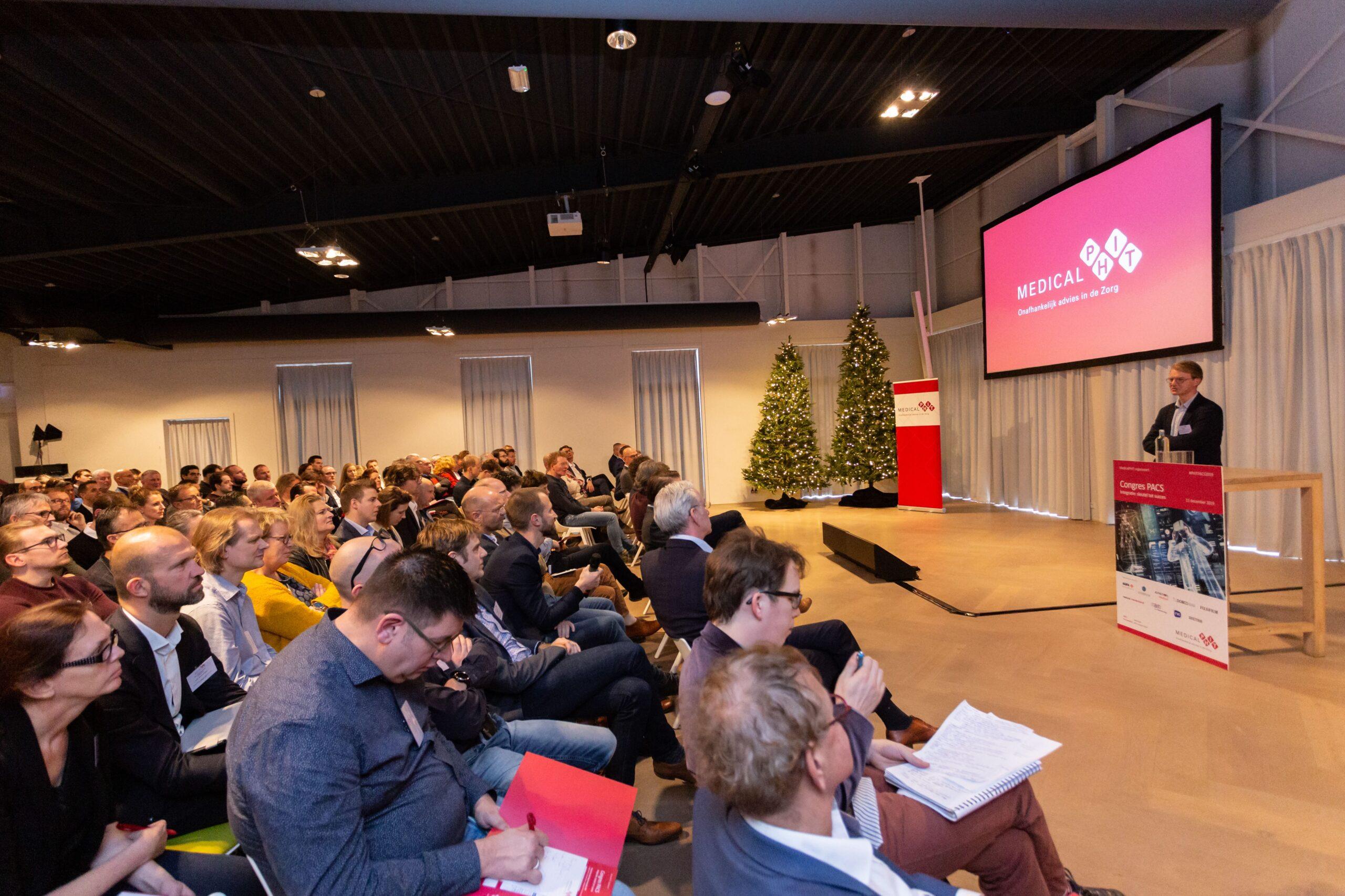 mensen op een congres kijken naar spreker